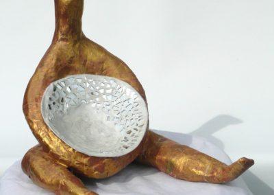 Siddende fugl med skål